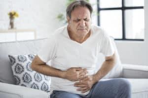 Mann mit Mageschmerzen
